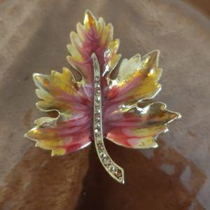 Vintage gorgeous maple leaf brooch